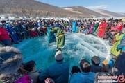 مردمی که روی دریاچه یخزده باهم کشتی میگیرند + تصاویر