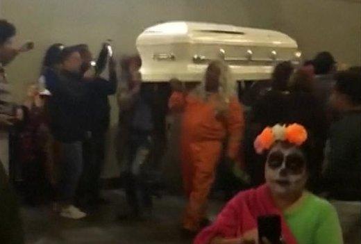 فیلم | رژه مردههای متحرک در مترو