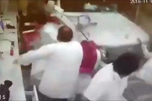 فیلم | ورود مرگبار زن سعودی به آرایشگاه مردانه با لندکروز!