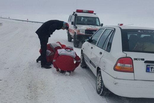 گرفتار شدن آمبولانس حامل مادر باردار در برف و یخ چالدران