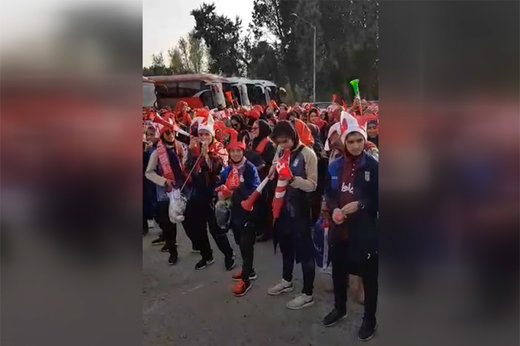 فیلم | تشویق هواداران زن پرسپولیس پشت درهای استادیوم