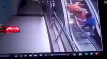 فیلم | لحظه هولناک سقوط کودک از آغوش مادرش روی پله برقی