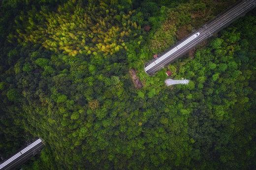یک قطار سریعالسیر از استان چجیانگ چین عبور میکند