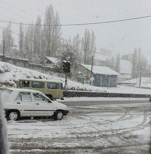 بارش برف در ۶۰ درصد محورهای مواصلاتی اصفهان