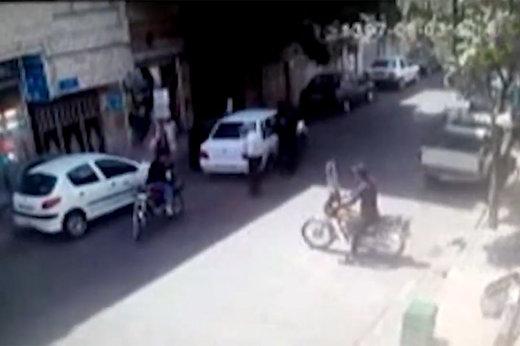 فیلم | لحظه سرقت در صحنه تصادف ساختگی؛ مراقب باشید