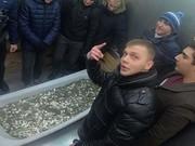 فیلم | خرید آیفون ایکس با ۳۵۰ کیلوگرم سکه!