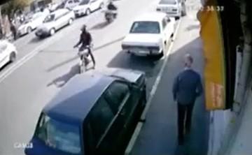 فیلم | لحظه قاپیدن موبایل از دست عابر پیاده