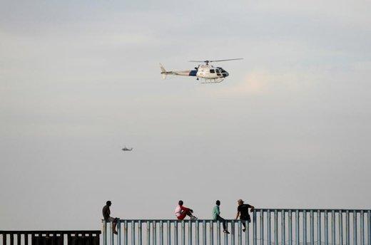 بخشی از کاروان مهاجران آمریکای مرکزی در شهر تیخوانا مکزیک به آمریکا میروند