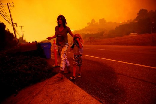 دو شهروند در بزرگراهی در شهر ساحلی ملیبو در ایالت کالیفرنیای آمریکا در حال فرار هستند. آتش به نزدیکی خانه آنها رسیده است
