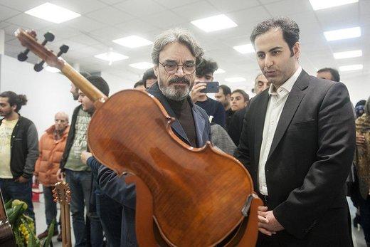عکس   بازدید حسین علیزاده از نمایشگاه «سازخانه»