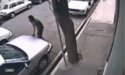 فیلم دوربینهای مداربسته از لحظه سرقت کامپیوتر خودرو