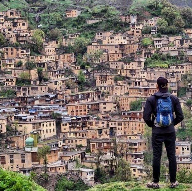گردشگر آمریکایی در ماسوله با کلاه معروفش «ایران»