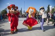 تصاویر | رژه عروسکهای غولپیکر در شهر زلزلهزده سرپلذهاب