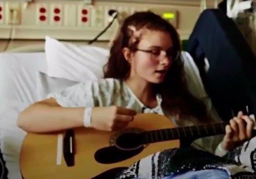 فیلم | آواز خواندن دختر جوان در عجیبترین شرایط ممکن!