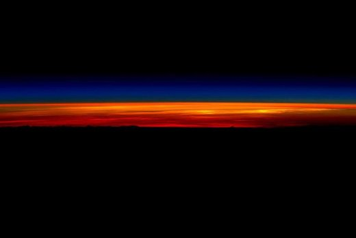 عکس طلوع خورشید که در ایستگاه فضایی بینالمللی گرفته شده است