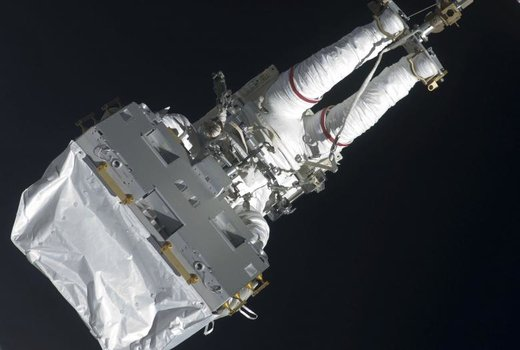 یک فضانورد در حال خروج از ایستگاه فضایی بینالمللی