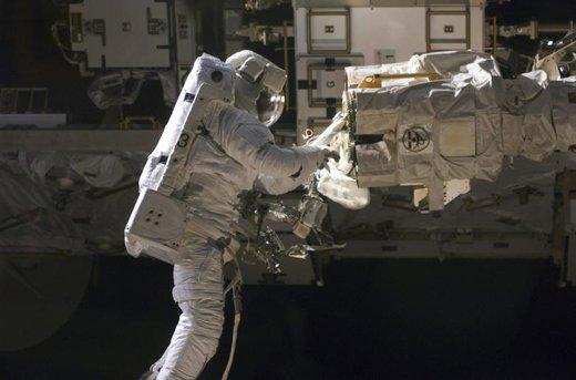 یک فضانورد در خارج از ایستگاه فضایی بینالمللی