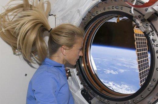 یک فضانورد در ایستگاه فضایی بینالمللی