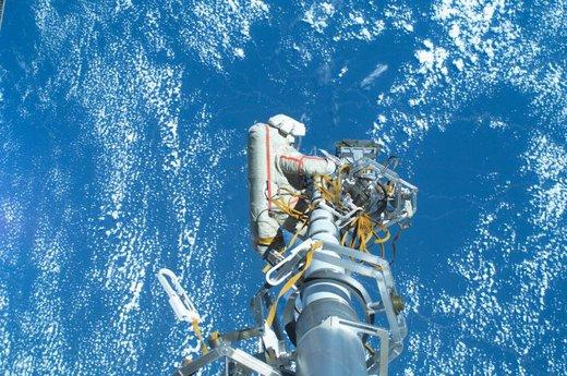یک کیهان نورد روسی در خارج از ایستگاه فضایی بین المللی