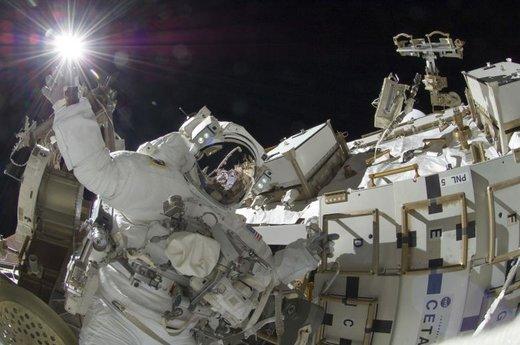 فضانورد ناسا خارج از ایستگاه فضایی بین المللی