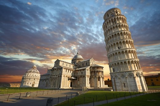 برج کج پیزا در شهر پیزا ایتالیا