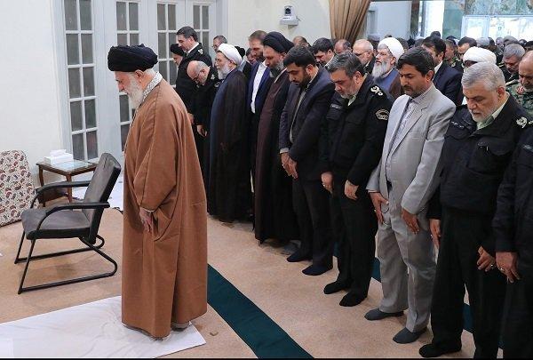 نماز فرمانده و مسئولان ناجا به امامت رهبرانقلاب /عکس