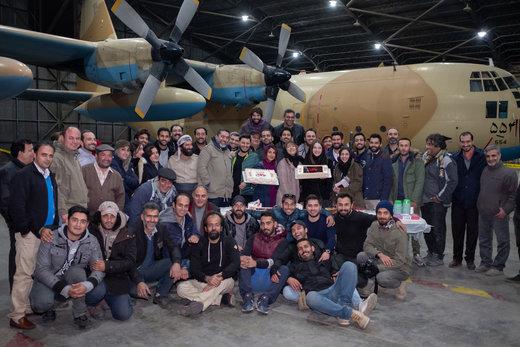 رفقای نازنین یک کارگردان در حال تخمه شکستن و قلیان کشیدن/ عکسی جدید از «ماجرای نیمروز: رد خون»