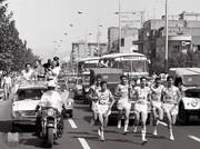 عکس | ۴۴ سال قبل، حمل مشعل بازیهای آسیایی در خیابان انقلاب