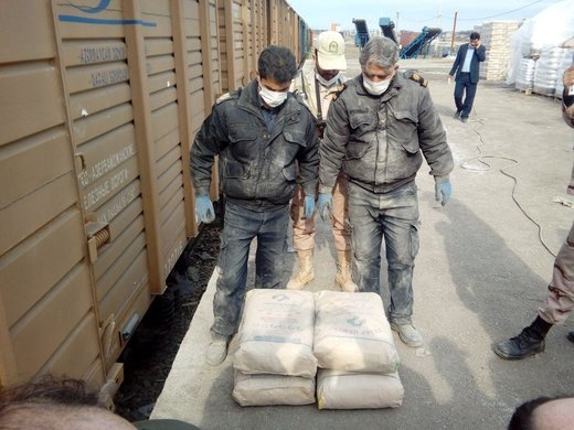 عکس   جاسازی  ۳۲۰ کیلو هروئین در پاکتهای سیمان