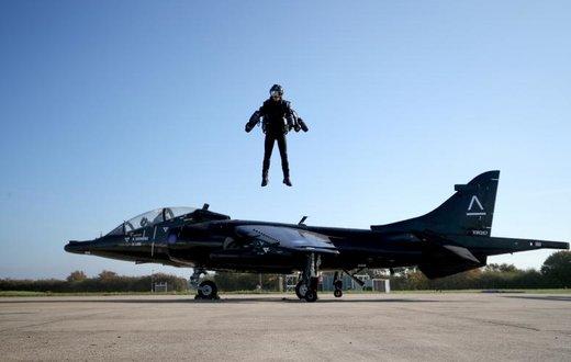 ریچارد براونینگ مخترع انگلیسی، رکورد سریع رین پرواز با لباس مجهز به موتور جت را شکست