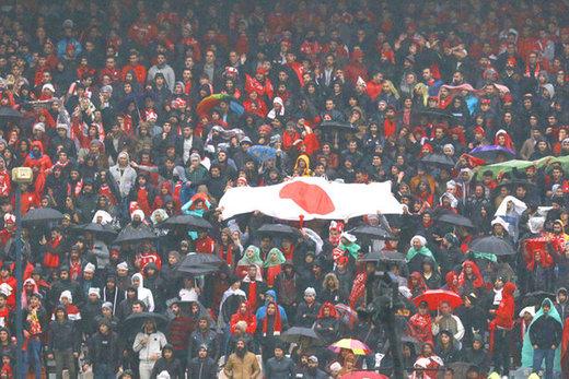 کریخوانی هواداران ماشینسازی با پرچم ژاپن علیه پرسپولیس