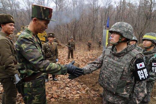 دست دادن افسران ارتش کره شمالی و کره جنوبی در مرز دو کره