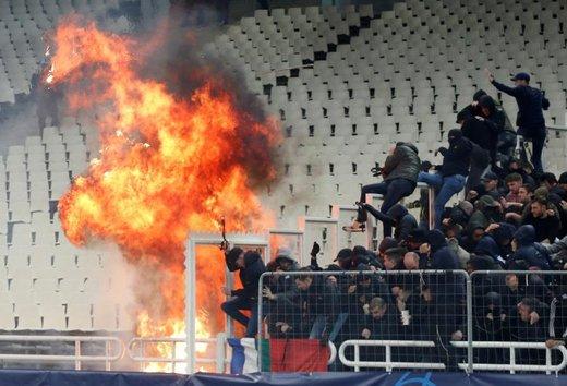 طرفداران دو تیم فوتبال قبل از مسابقه در شهرآتن، پایتخت یونان
