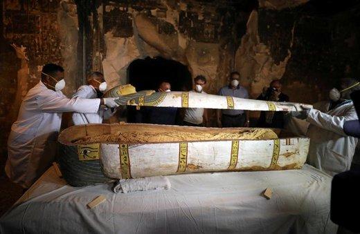 باستانشناسان در تابوتی در یک آرامگاه در شهر اقصر مصر را برمیدارند