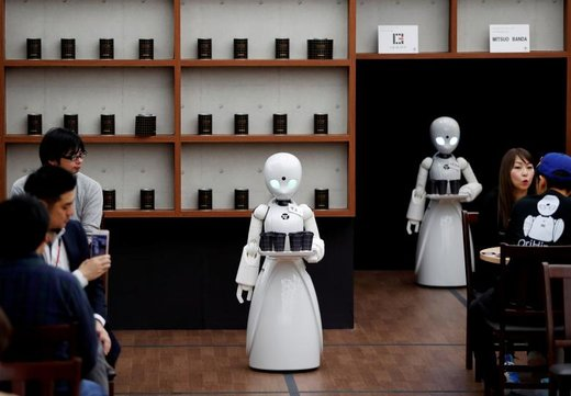 ربات های کنترل شده از راه دور به مشتریان در یک کافینت در توکیو خدمات ارائه میدهند