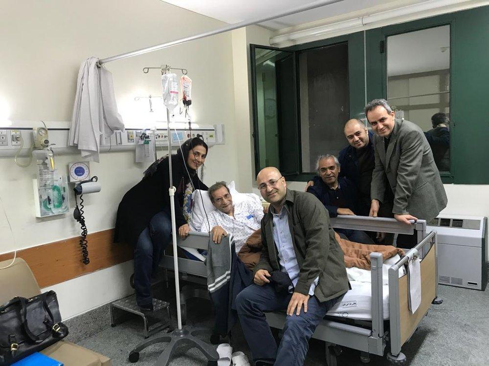 مریم کاظمی به همراه جمع دیگری از هنرمندان در ملاقات با حسین محب اهری در بیمارستان