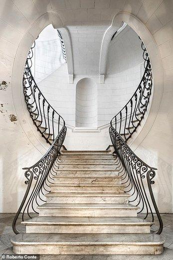 پله های یک کاخ در شهر ناپل ایتالیا