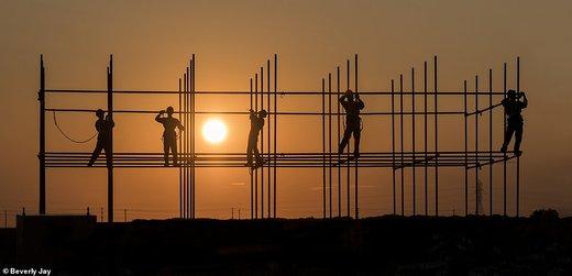 فعالیت کارگران ساختمانی در زمان غروب خورشید در استان منیتوبا کانادا