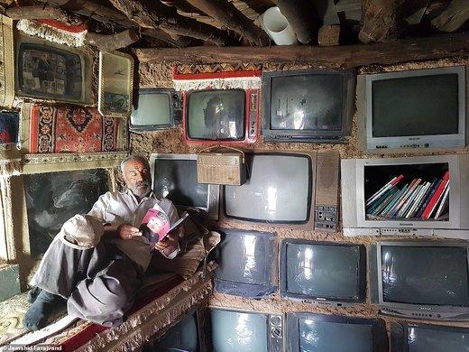 این عکس را جمشید فراجوند، عکاس ایرانی در شهر بیرجند گرفته که نشان میدهد مردی در داخل یک خانه ساخته شده از تلویزیون است