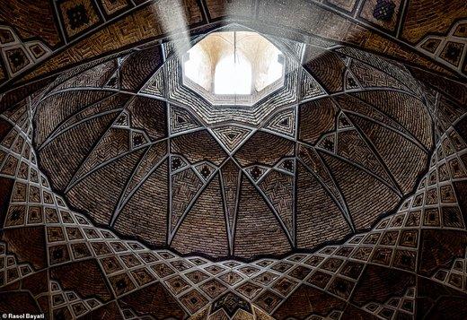 رسول بیاتی، عکاس ایرانی، این عکس را در بازار فرش شهر قم ایران گرفته است