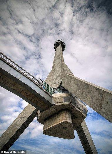 سمت چپ برج Avala صربستان