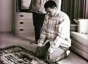 عکس   محمدعلی کلی و دخترش در حال نماز خواندن