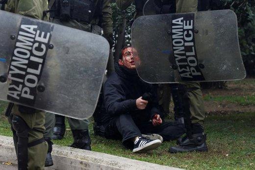 مصدومیت یکی از تظاهرکنندگان در آتن در پی درگیری با پلیس