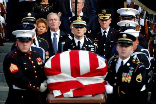 جرج دابلیو بوش در کلیسای جامع ملی واشینگتن دی.سی تابوت پدرش، جرج اچ. دابلیو بوش را مشایعت می کند