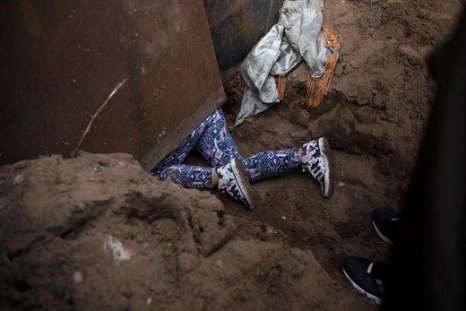عبور یکی از مهاجران کاروان آمریکای مرکزی از مرز آمریکا در شهر تیخوانای مکزیک