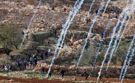 پرتاب گاز اشک آور از سوی نیروهای رژیم صهیونیستی به سوی فلسطینیان در تظاهراتی در نزدیکی رامالله