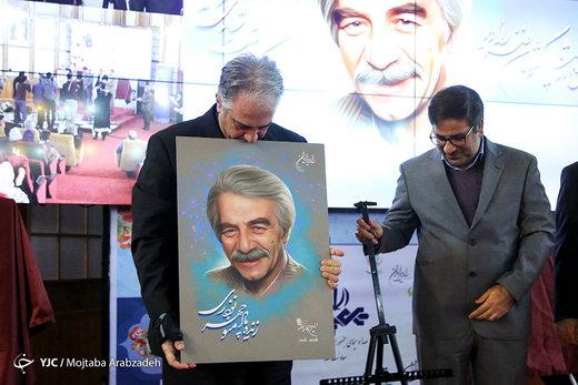 عکس | بوسه ایرج نوذری بر تصویر پدرش