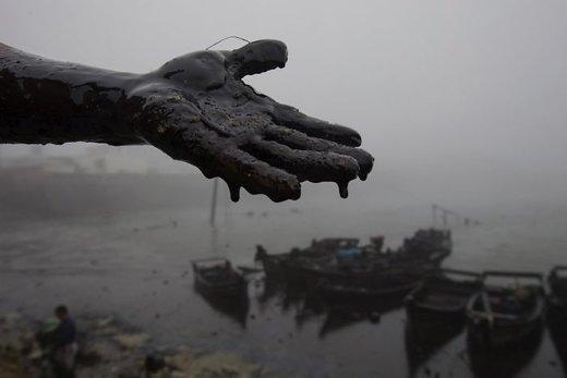 در 16 ژوئیه سال 2010 انفجار خط لوله نفتی در خلیج دالیان باعث ریزش مواد نفتی به دریا شد و قایقهای ماهیگیری اقدام به جمعآوری آلودگی نفت کردند