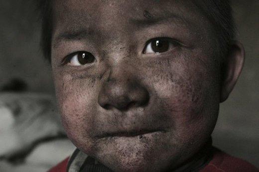 کودکی که در یک منطقه صنعتی چین زندگی می کند، توسعه اقتصادی این کشور آلودگی زیادی به وجود آورده است