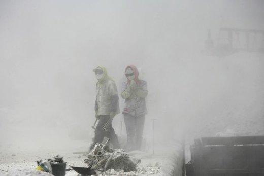 بسیاری از کارخانه ها از شرق به بخش های مرکزی و غربی چین منتقل شده اند و کارکنان در میان گرد و غبار کار می کنند